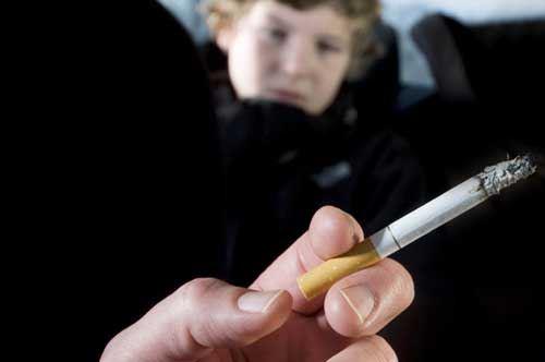 fumare-auto-con-figlio