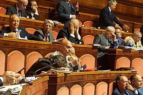azzolini-dorme-in-senato